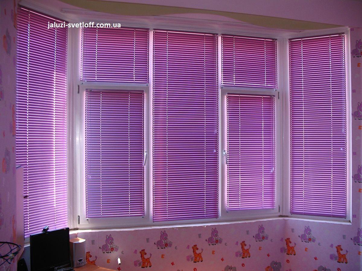 Фиотлетовые яркие горизонтальные жалюзи в детской комнате