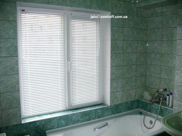 практичные горизонтальные жалюзи в ванной комнате