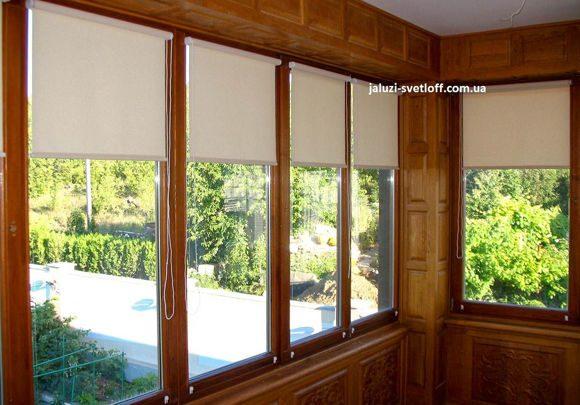 рулонные шторы открытого типа на балконе в деревянном оформлении