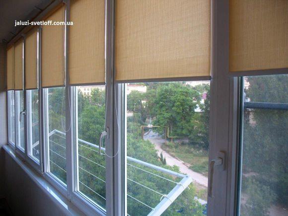 рулонные шторы светло-коричневого цвета на лоджии