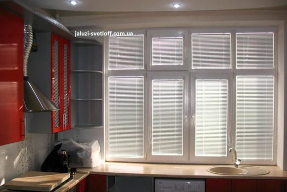 жалюзи венус белого цвета на кухонном окне