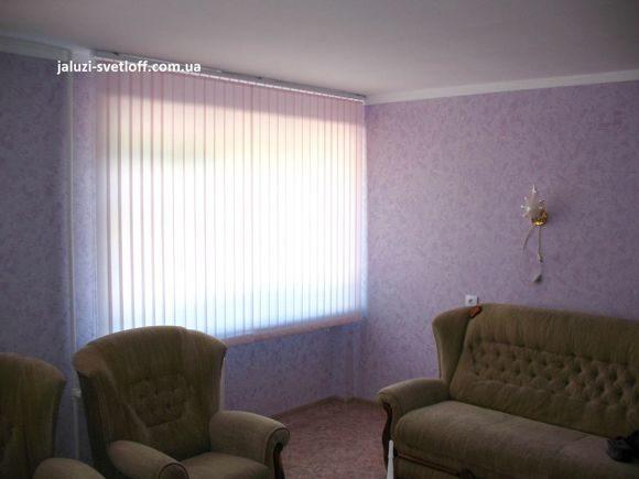 вертикальные жалюзи под цвет обоев в мариупольской квартире