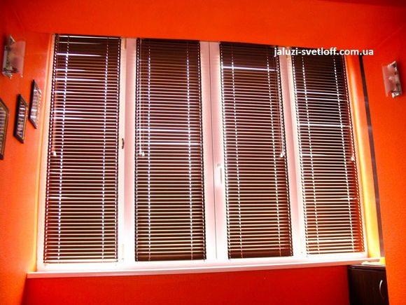 горизонтальные жалюзи на нескольких окнах криворожской квартиры
