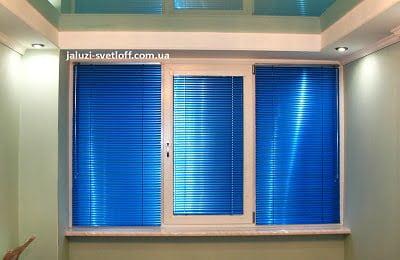 Красивые горизонтальные жалюзи синего цвета в комнате
