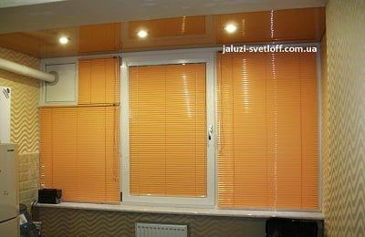 Оранжевые горизонтальные жалюзи большого размера на кухню