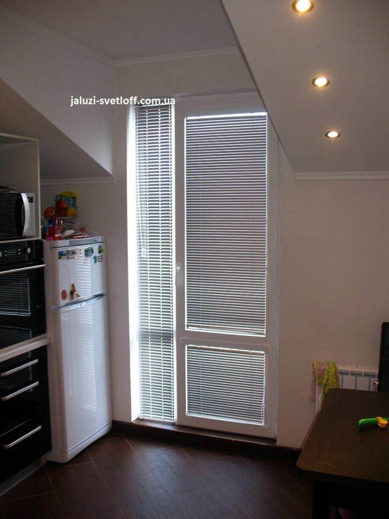 Белые горизонтальные жалюзи на всю дверь на кухню