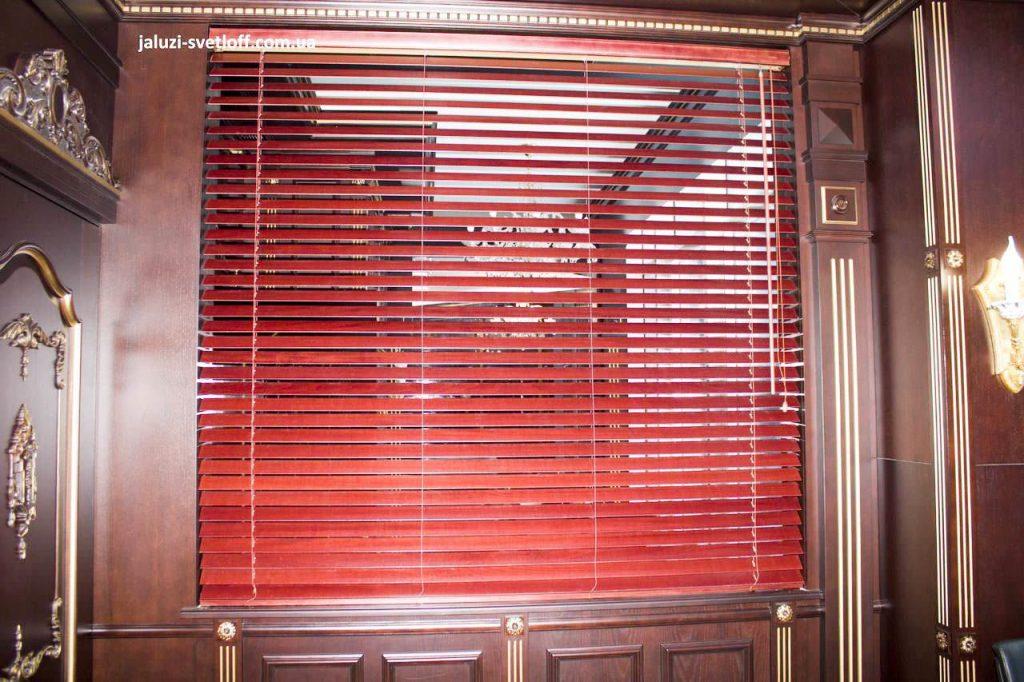 Горизонтальные деревянные жалюзи в кабинете