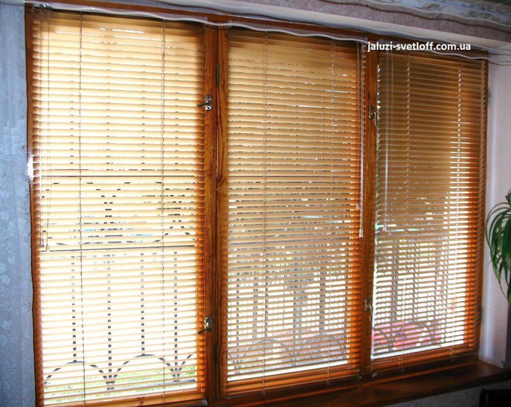 Горизонтальные жалюзи на деревянном окне