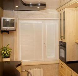 Белые горизонтальные жалюзи на кухню