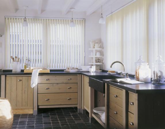 Белые вертикальные жалюзи на кухню
