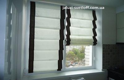 Аккуратные белые римские шторы с черными полосками на кухню