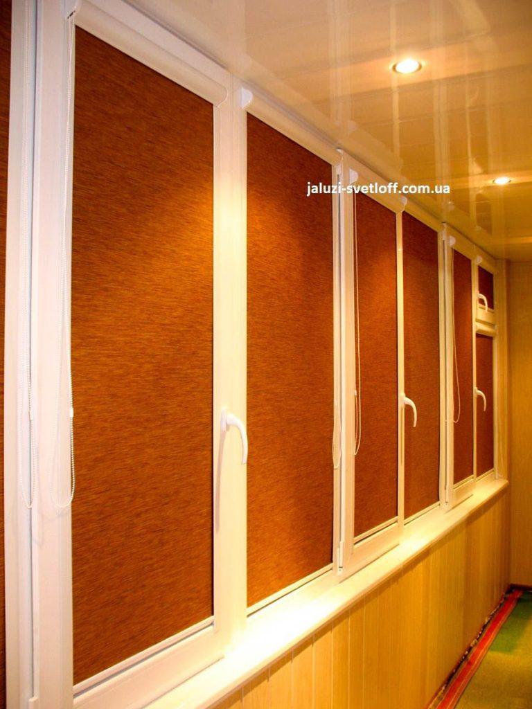 Коричневые рулонные шторы на лоджии