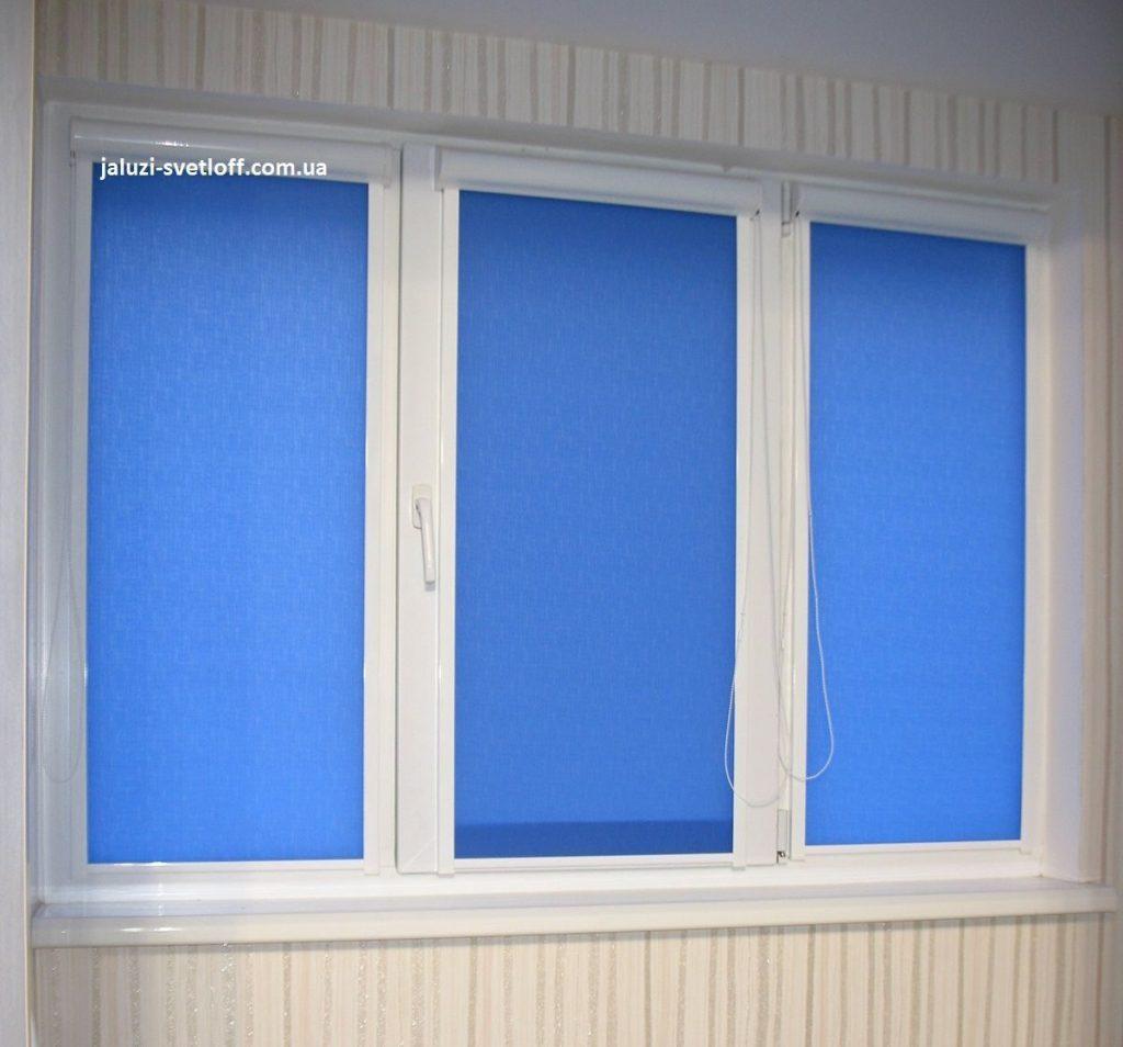 Синие рулонные шторы Black Out на балконе