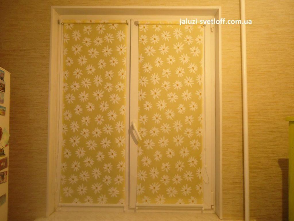 Рулонные шторы с ромашками на кухню