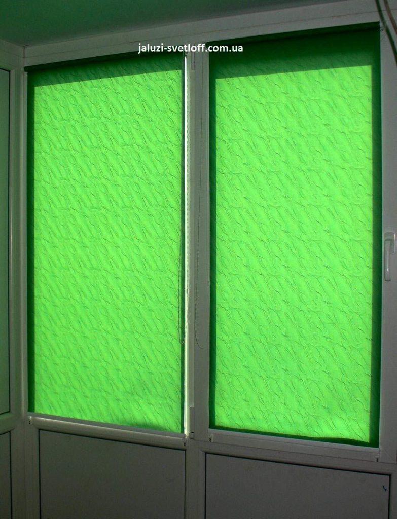 Зелёные рулонные шторы на пластиковой двери