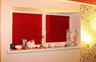 Красные рулонные шторы на окно с белым подоконником