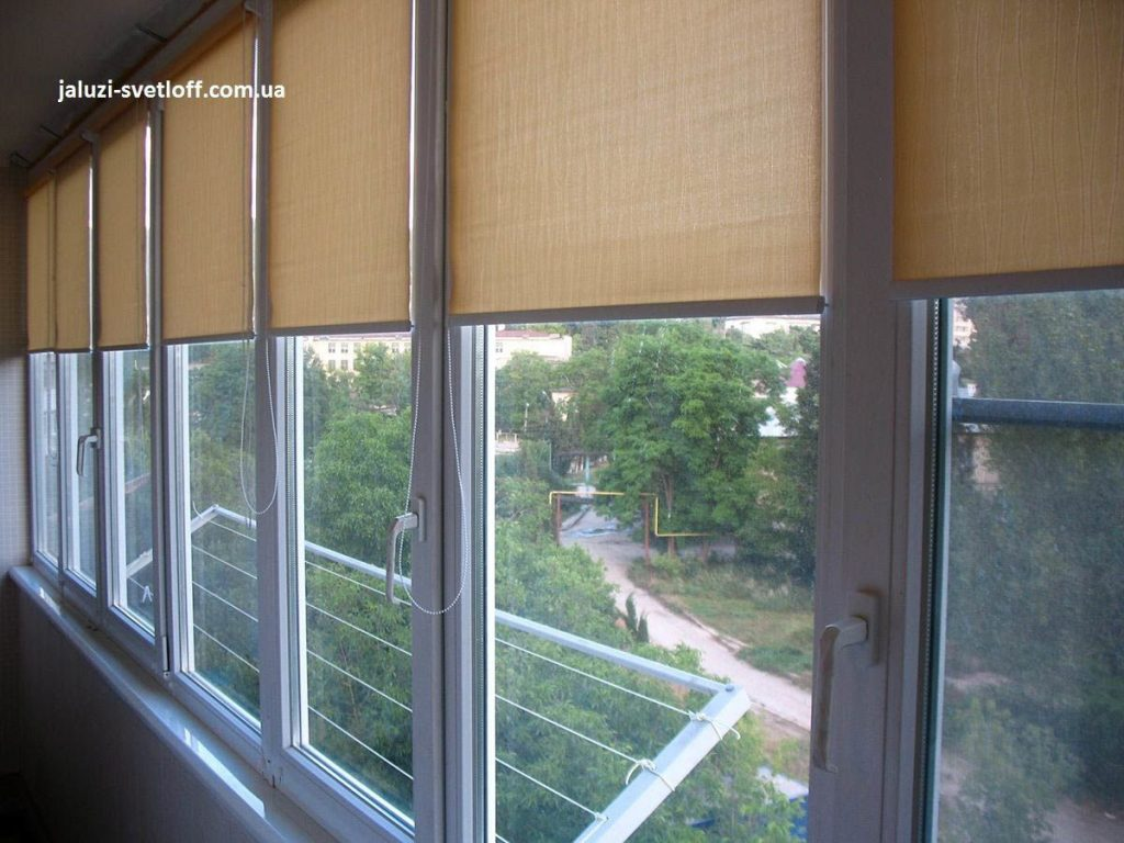 Рулонные шторы на окнах лоджии