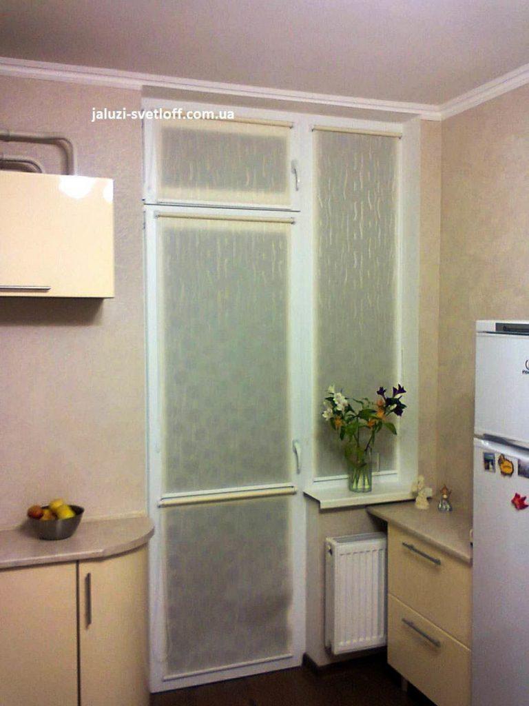 Светлые тканевые ролеты на кухню