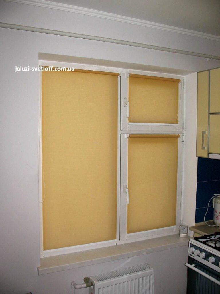 Желтые рулонные шторы на все окно на кухню
