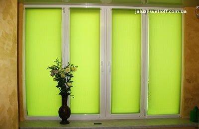 Светло-зеленые рулонные шторы на все окно