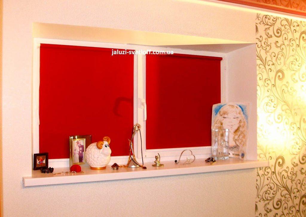 Рулонные шторы красного цвета на нестандартном окне