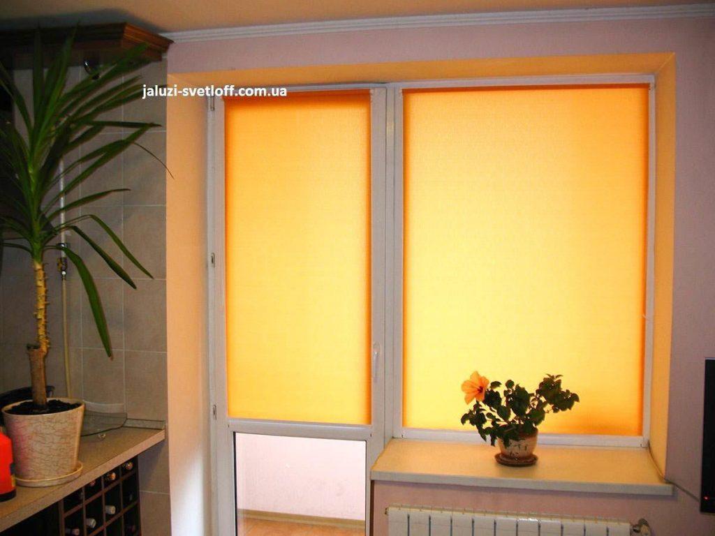 Тканевые ролеты на двери и окне балкона