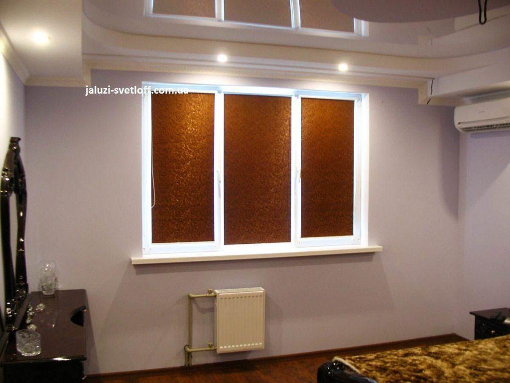 Рулонные шторы золотого цвета в спальной комнате