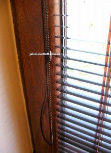 Жалюзи Венус на деревянной раме окна