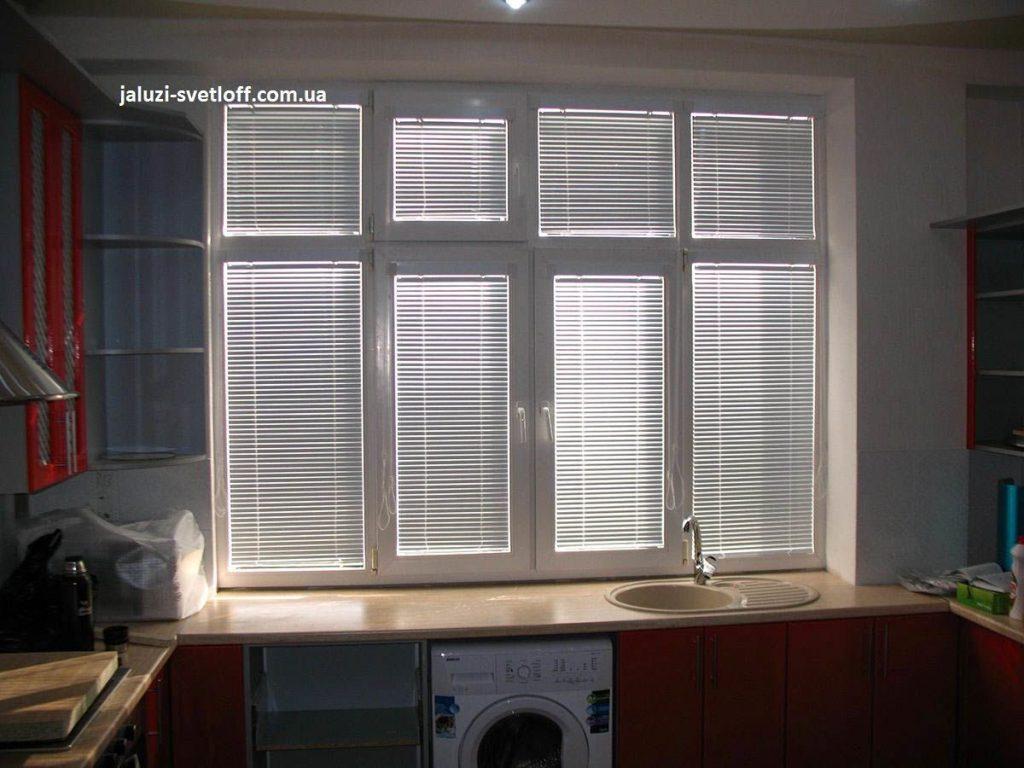 Горизонтальные жалюзи на большом окне кухни