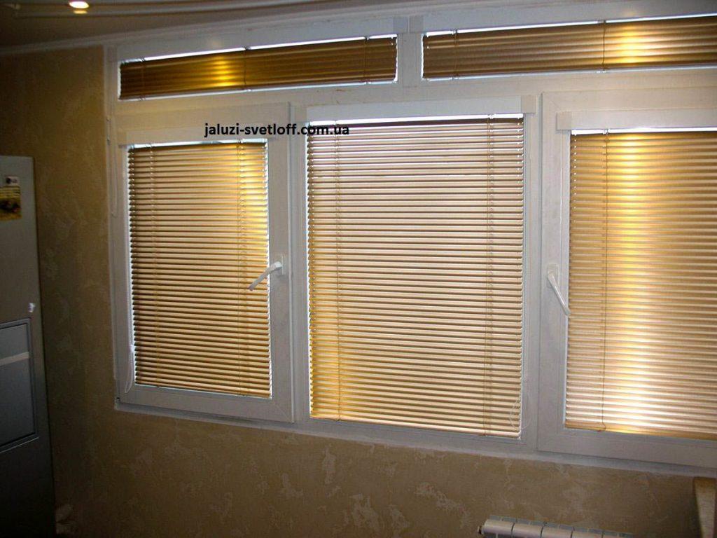 Бронзовые горизонтальные жалюзи на кухонное окно