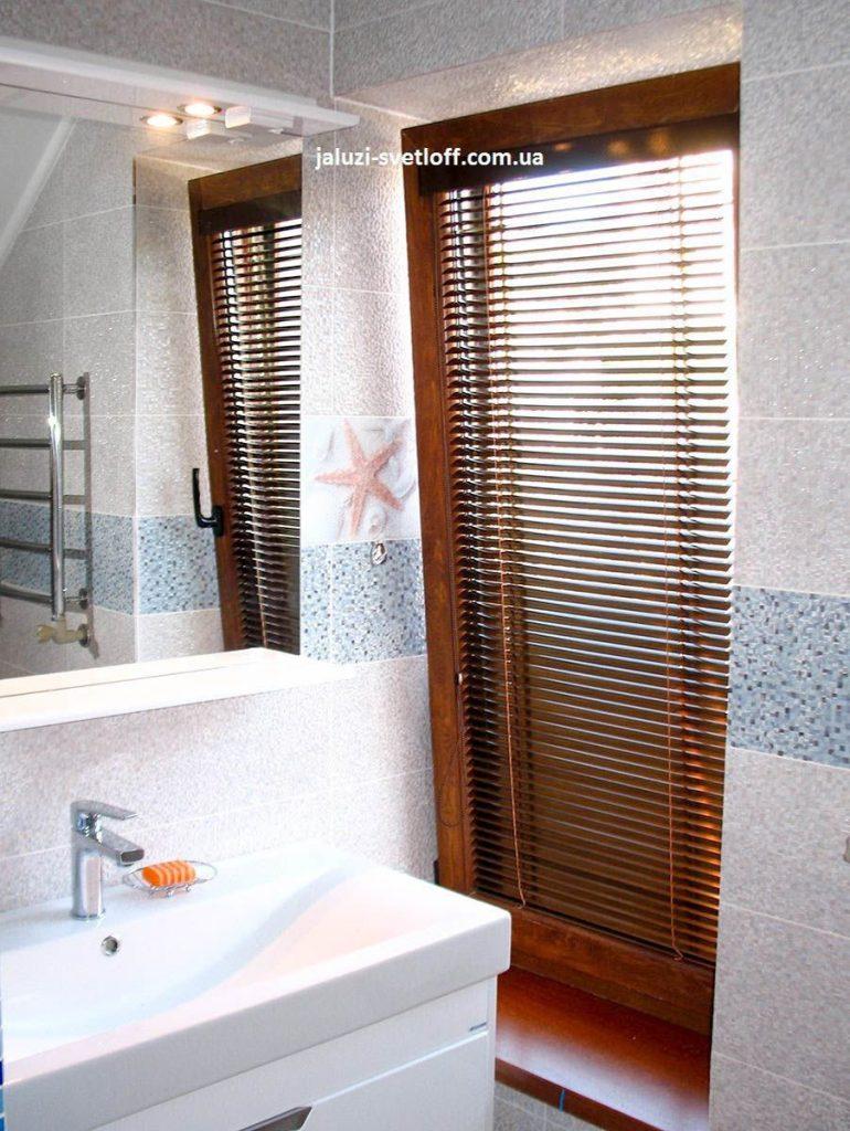 Горизонтальные жалюзи в ванной комнате