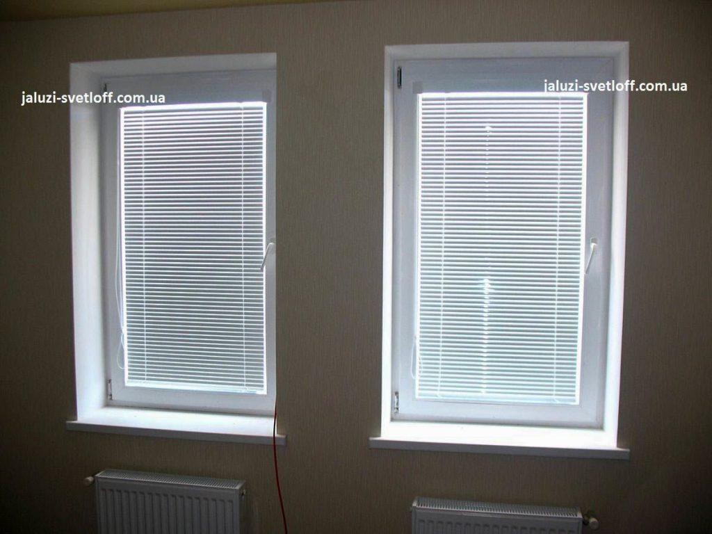 Білі жалюзі Венус на двох вікнах