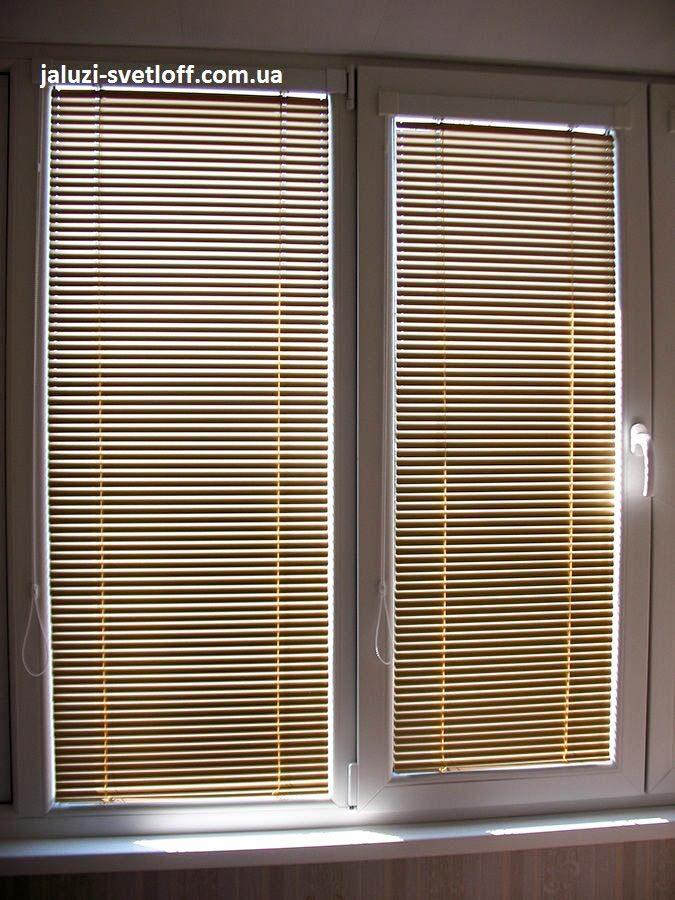 Білі жалюзі Венус на вікні