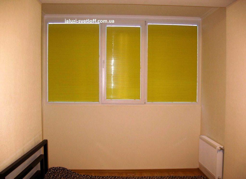 Жовті жалюзі Венус на великому вікні