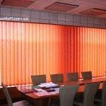 Красные вертикальные жалюзи на все окно в офис