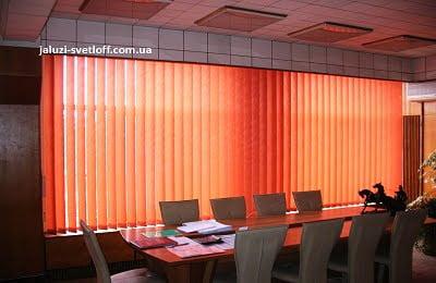 Вертикальные жалюзи на все окно в офис