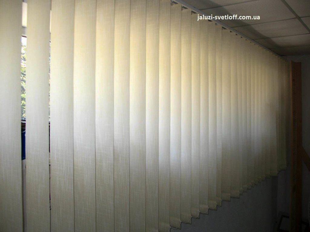 Светлые вертикальные жалюзи на окнах лоджии
