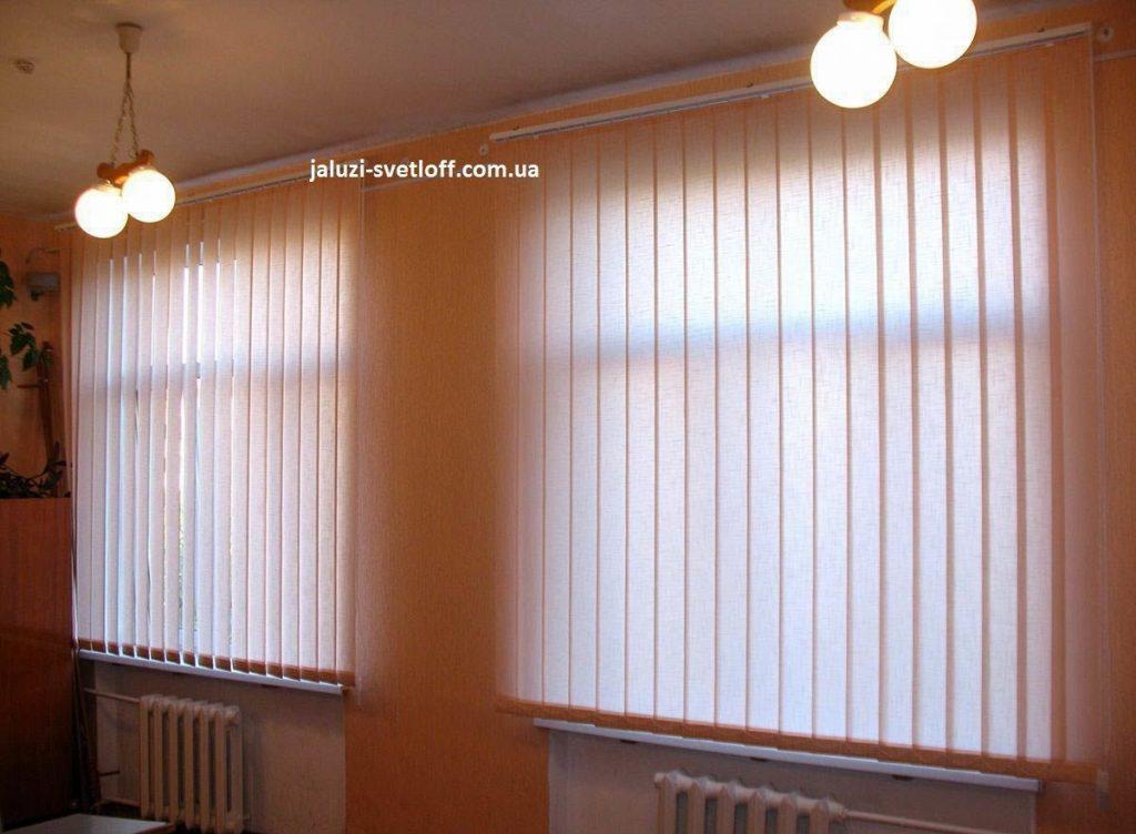 Вертикальные жалюзи на двух окнах