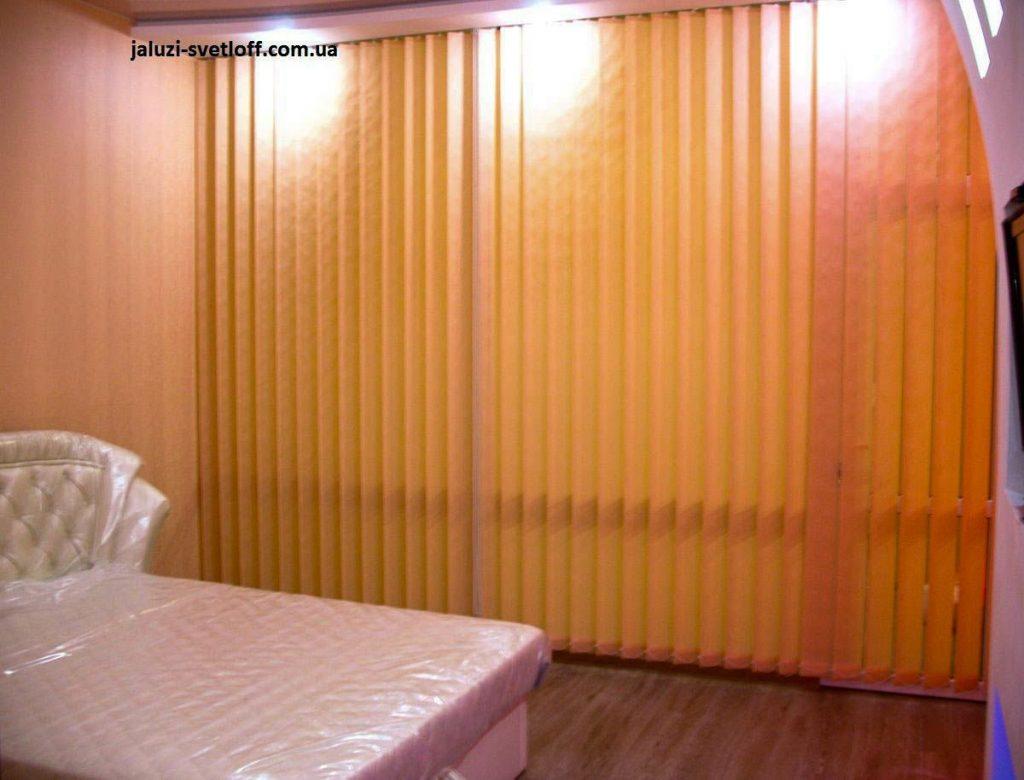 Вертикальні жалюзі в спальні