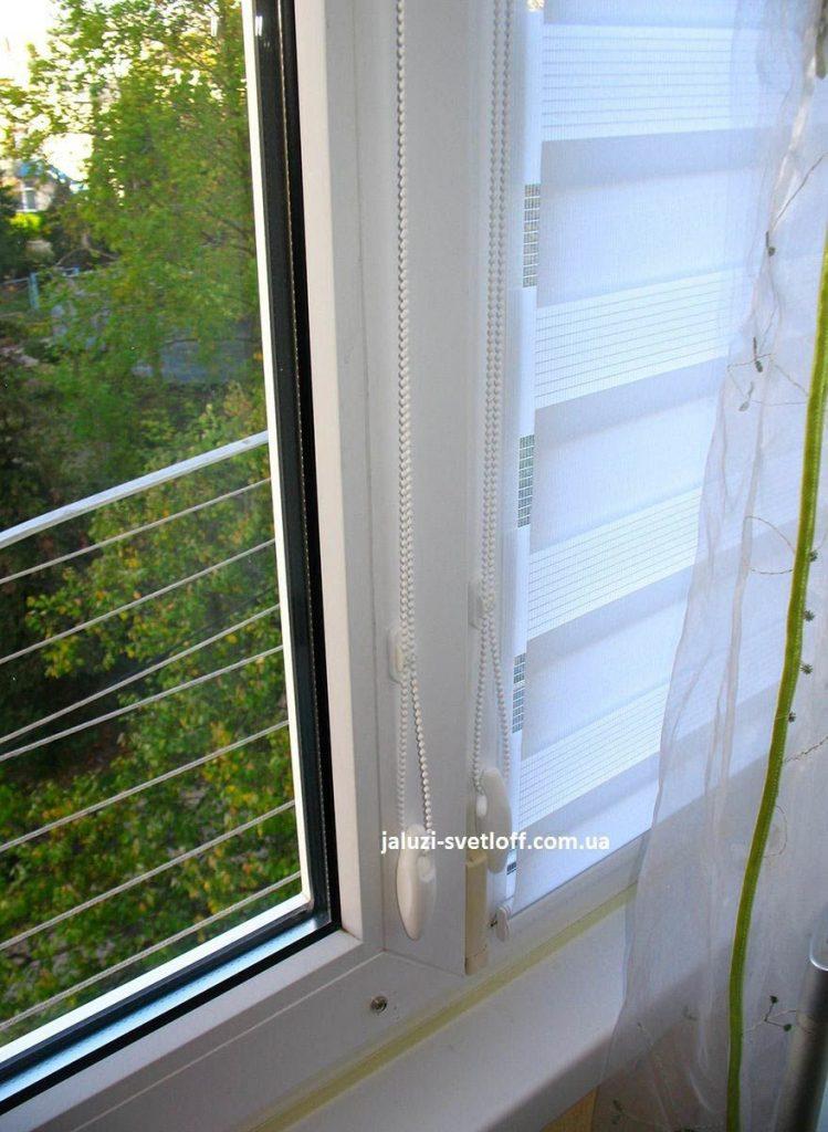 Белые рулонные шторы Зебра вблизи