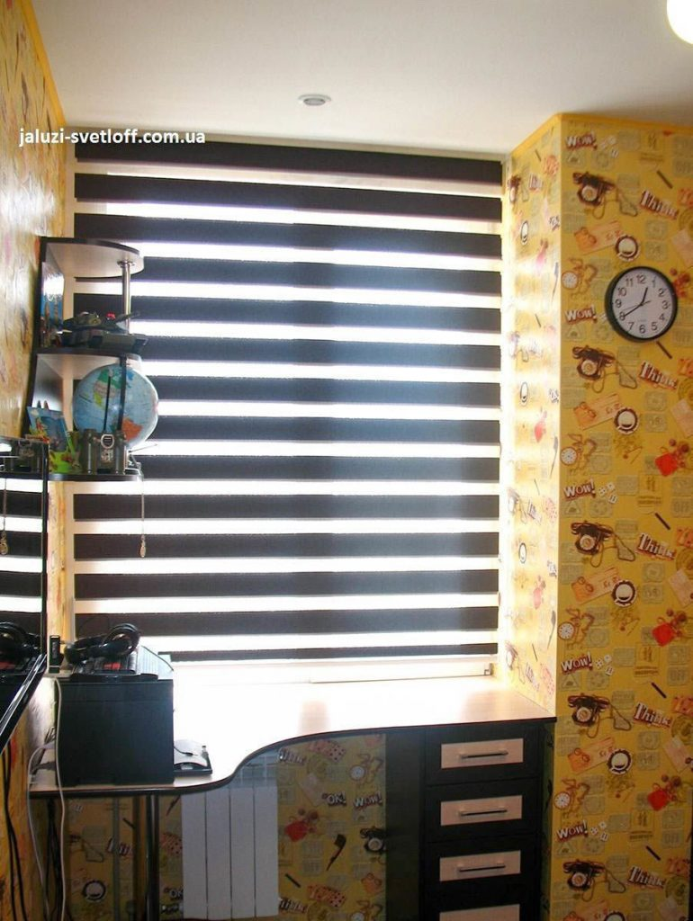 Коричневые рулонные шторы Зебра в открытом состоянии