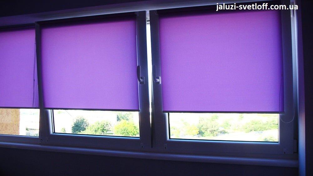 Фиолетовые тканевые роллеты на окне лоджии