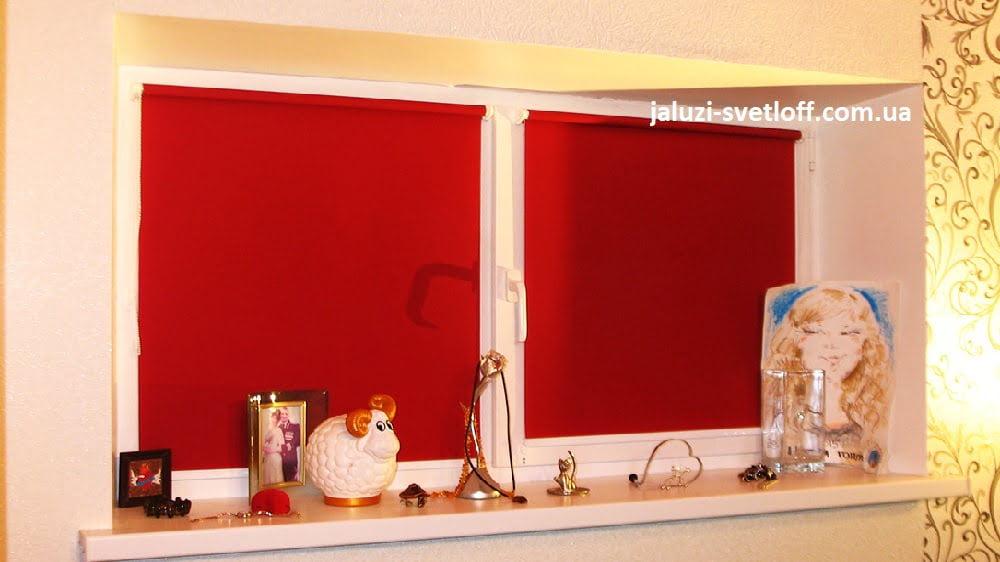 Красные рулонные шторы открытого типа на малогабаритное окно