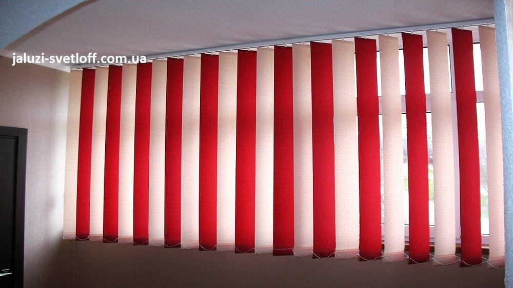 Мультифактурные бело-красные вертикальные жалюзи