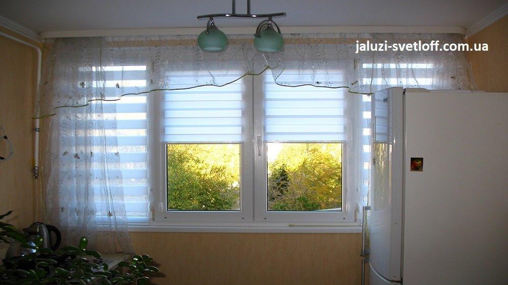 Рулонные шторы Зебра голубого цвета на створках кухонного окна