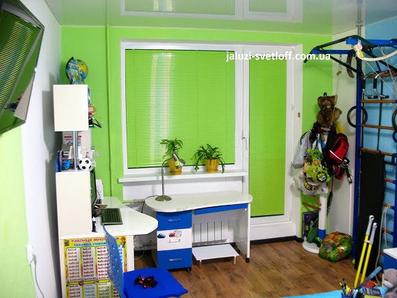 светло-зеленые горизонтальные жалюзи в тон стен детской комнаты