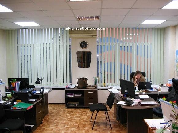 светлые вертикальные жалюзи в офисе Николаева