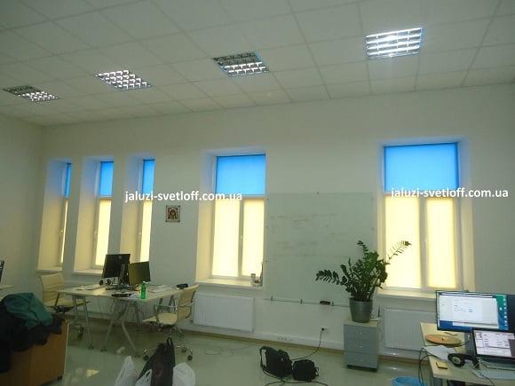 двухцветные тканевые ролеты на окнах черниговского офиса