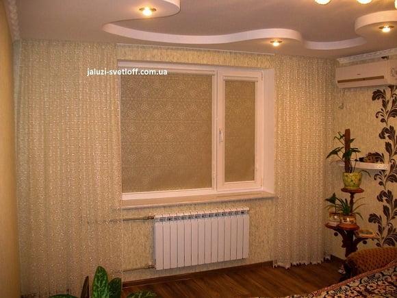 рулонные шторы закрытого типа на окне квартиры
